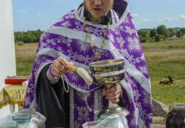 14 августа 2018 года, в день празднования Изнесения Честных Древ Животворящего Креста Господня, у Поклонного Креста в поселке Изборск прошло традиционное освящение меда нового урожая.