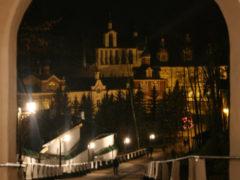 В ночь с 3 на 4 октября митрополит Псковский и Порховский Тихон совершил ночную Божественную Литургию в Успенском соборе Свято-Успенского Псково-Печерского монастыря.