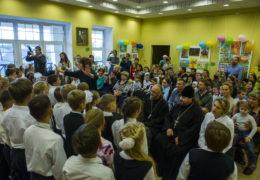 В День учителя учащиеся Свято-Тихоновской православной гимназии поздравили своих преподавателей.