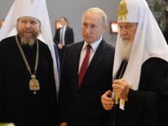 Митрополит Тихон представил Владимиру Путину и Патриарху Кириллу выставку «Сокровища музеев России» в Москве.