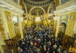 В Рождественскую ночь, с 6 на 7 января 2019 года, митрополит Псковский и Порховский Тихон совершил Божественную Литургию в Свято-Успенском Псково-Печерском монастыре.