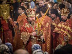 В новогоднюю ночь митрополит Псковский и Порховский Тихон совершил Божественную Литургию в Псково-Печерском монастыре.