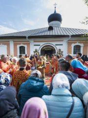1 мая 2019 года, в среду Светлой седмицы, митрополит Псковский и Порховский Тихон совершил Божественную Литургию в Рождества Богородицы Снетогорском женском монастыре.