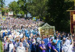 28 августа 2019 года, в празднование Успения Пресвятой Богородицы, в Свято-Успенском Псково-Печерском монастыре была совершена Божественная Литургия и праздничный крестный ход вокруг обители.