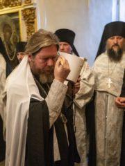 Вечером19 августа 2019 года, накануне дня памяти святителя Митрофана, епископа Воронежского, митрополит Тихон молился за вечерним богослужением в Успенском соборе Псково-Печерской обители.