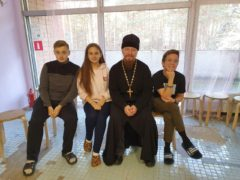 Во время осенних школьных каникул руководитель епархиального отдела по образованию и катехизации протоиерей Роман Ледин посетил детский оздоровительный лагерь «Стремительный».
