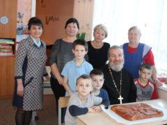 Воспитанники и постояльцы социальных учреждений Островского района приняли поздравления с днем святителя Христова Николая.