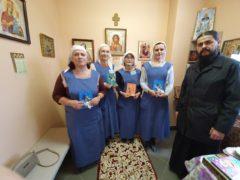 Сестры милосердия поздравили медперсонал и пациентов Псковского областного клинического онкологического диспансера с Рождеством Христовым.