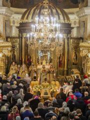 В Новогоднюю ночь 2020 года митрополит Псковский и Порховский Тихон совершил ночную Божественную Литургию в Михайловском соборе Свято-Успенского Псково-Печерского монастыря.