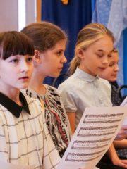 «С нами Бог!» – Хористы Свято-Тихоновской православной гимназии Пскова объяснили, как побеждать в международных конкурсах