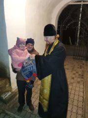 В праздник Рождества Христова нуждающимся прихожанам храмов Псковской епархии были вручены рождественские подарки.