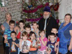Постояльцы социальных учреждений Островского района приняли поздравления с Рождеством Христовым.