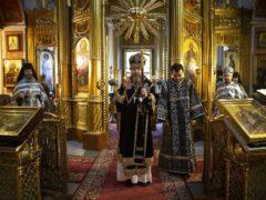 Вечером в среду третьей седмицы Великого поста, митрополит Псковский и Порховский Тихон совершил Божественную литургию Преждеосвященных Даров в Псково-Печерском монастыре.
