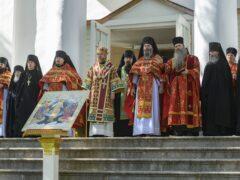 В празднование отдания Пасхи Господней митрополит Псковский и Порховский Тихон совершил Божественную литургию в Свято-Успенском Псково-Печерском монастыре
