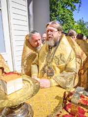 В Неделю всех святых, в земле Русской просиявших, митрополит Псковский и Порховский Тихон совершил Божественную литургию в Свято-Успенском Псково-Печерском монастыре