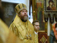 В празднование собора всех святых, в Оптиной пустыни просиявших, митрополит Тихон совершил Божественную литургию в Псково-Печерском монастыре