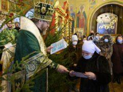 Митрополит Тихон передал администрации Псковской области 15 тысяч экспресс-тестов на COVID-19