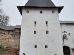В Псково-Печерском монастыре проходят работы по реставрации башен обители и Лазаревской церкви
