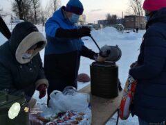 """Сотрудники службы """"Белый цветок"""" раздали бездомным людям в Пскове бесплатное горячее питание"""