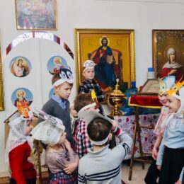 Со светлым праздником Христова Воскресения поздравили прихожан воспитанники Воскресной школы храма Сергия Радонежского
