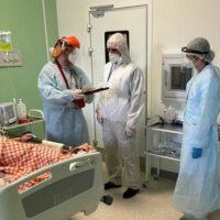 Митрополит Тихон вручил заместителю главного врача Псковской инфекционной больницы медаль за самоотверженный труд в лечении больных коронавирусной инфекцией