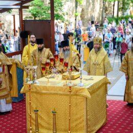 1 августа 2021 года, в Неделю 6-ю по Пятидесятнице, празднование обретения мощей преподобного Серафима Саровского, митрополит Тихон совершил Божественную литургию в Свято-Успенском Псково-Печерском монастыре