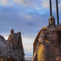 На берегу Чудского озера, вблизи деревни Самолва Гдовского района, собирают части скульптурной композиции «Александр Невский с дружиной»